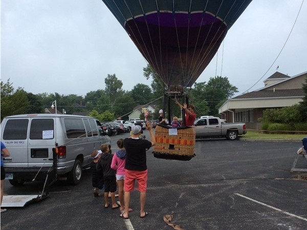 Kids enjoying the RE/MAX balloon during the Maytag Ironman Steelhead Triathlon